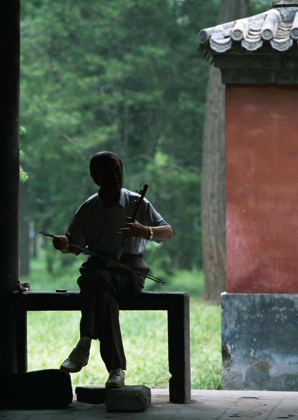 An old musician plays the erhu